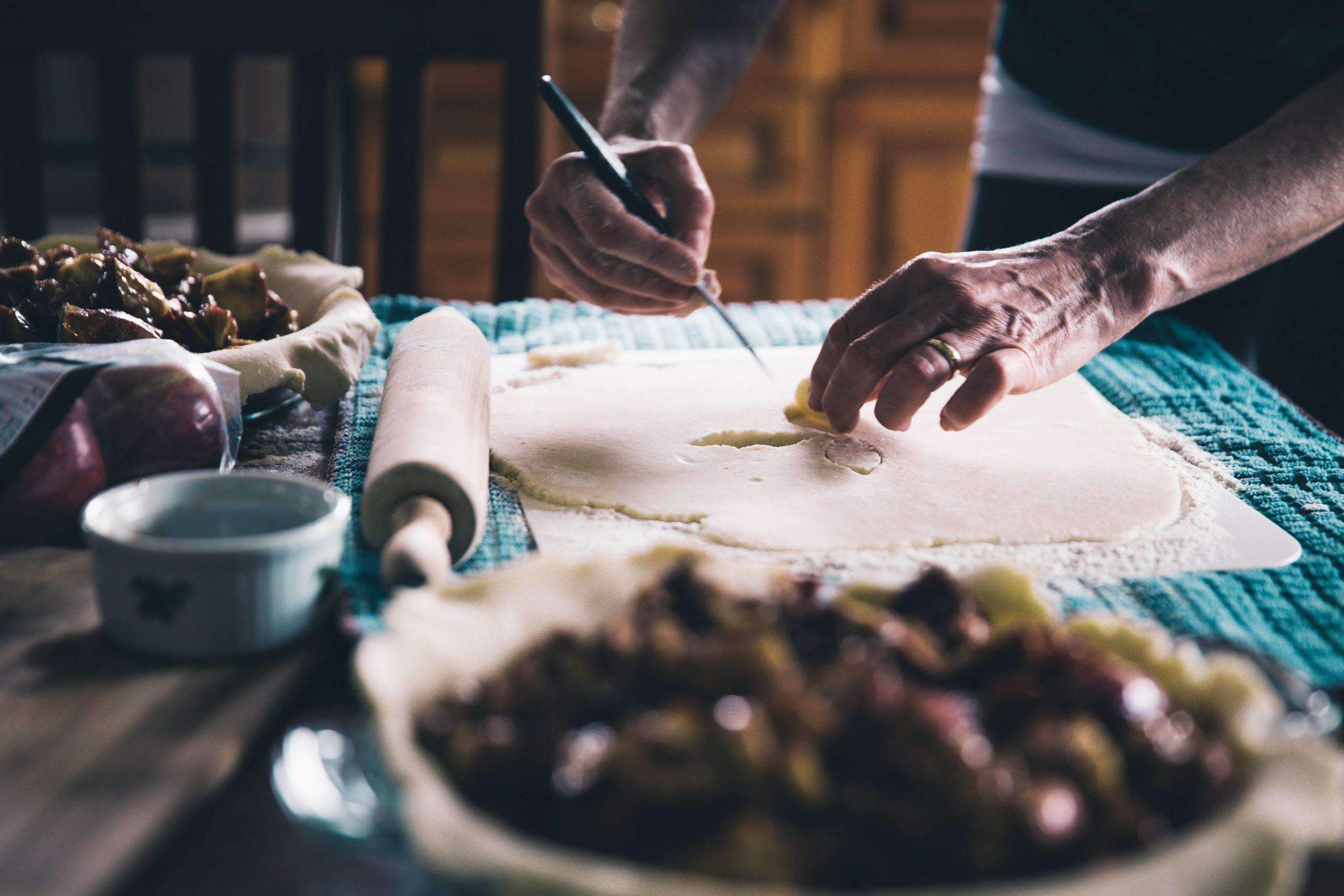 mom-making-pie